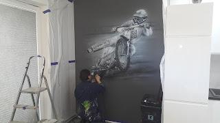 MAlowanie obrazów na scianach, graffiti artystyczne namalowane w pokoju na ścianie, malowanie żużlowca