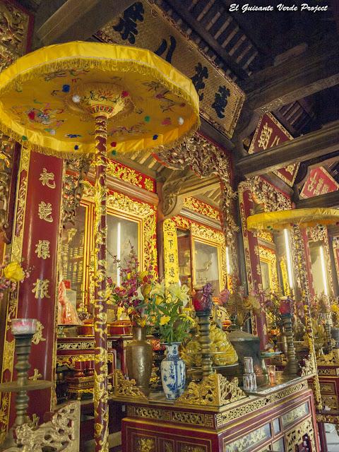 Đền Lý Bát Đế, altar con sombrillas - Vietnam por El Guisante Verde Project