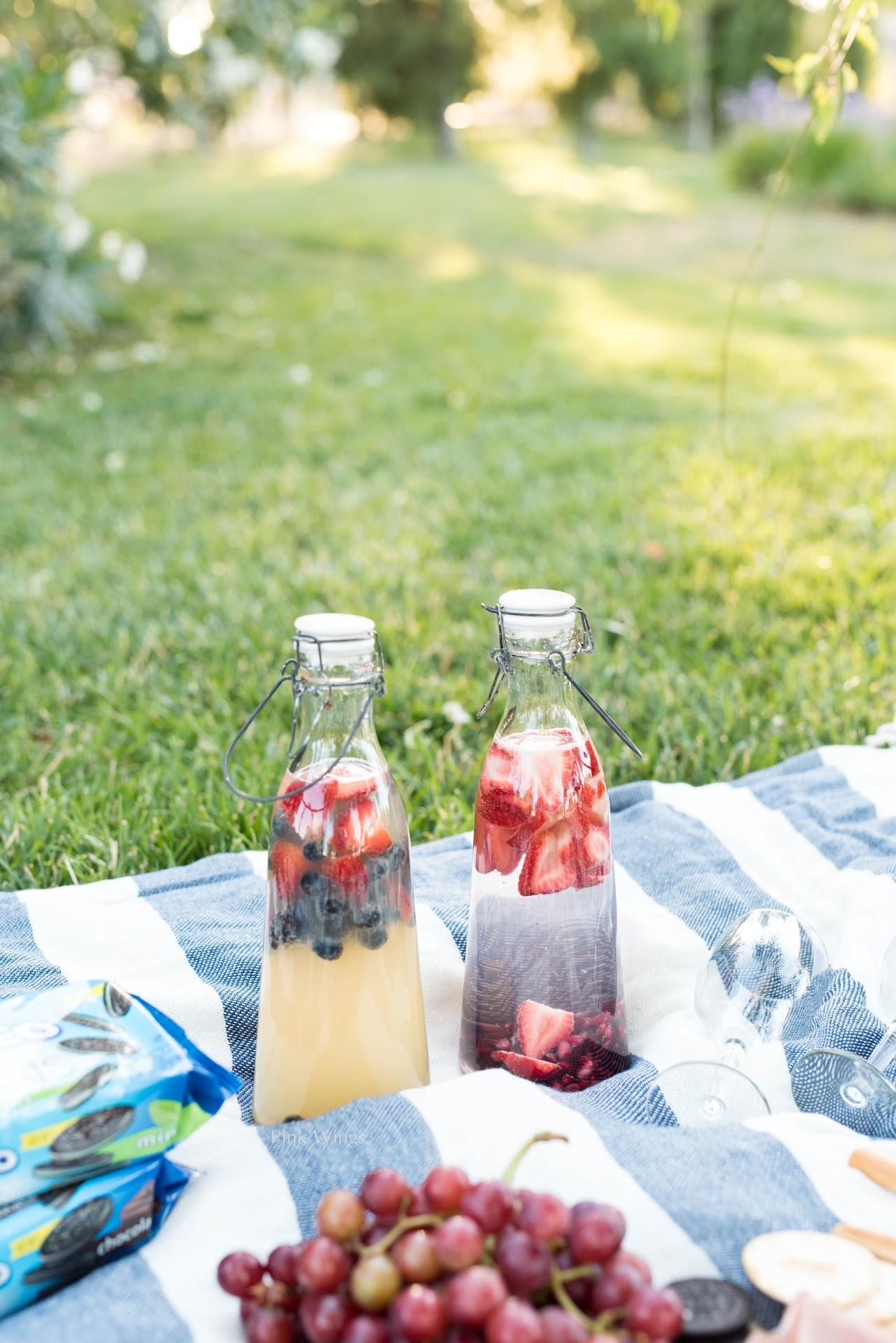 romantic picnic, picnic for two, how to throw the perfect picnic, picnic ideas, where to buy a picnic basket, tips for picnics, picnic blanket, picnic food ideas, picnic dessert, summer beverage, summer drink ideas, picnic drinks, summer party drinks, fruit infused water, lemonade