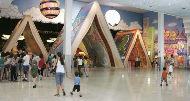cd0cef75fb1ca Localizado no Shopping SP Market, em Interlagos, o parque indoor reserva  atrações como carrossel, parede de escaladas, montanha-russa e um circuito  de ...