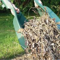 Deux grosses mains en plastiques qui permettent de ramasser l'herbes et les feuilles mortes