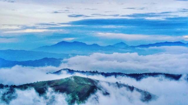 foto indah bukit panyaweuyan majalengka diatas awan