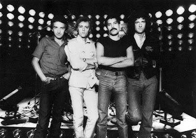 """Sejarah dan Biografi Lengkap Queen     Queen adalah kelompok musik rock dari Britania Raya yang berjaya di tahun 70-an sampai 90-an. Bahkan sampai sekarang mereka masih terkenal, terutama karena lagu-lagunya yang sering diputar seperti """"We Are the Champions"""", """"Bohemian Rhapsody"""" dan """"We Will Rock You"""". Mereka sejak awal sampai akhir tidak pernah mengalami pergantian personel, dengan empat anggota John Deacon, Brian May, Freddie Mercury dan Roger Taylor.   Untuk pemain bass Queen menggunakan pemain bass cabutan sampai saat John Deacon pada bulan Pebruary tahun 1971 resmi menjadi anggota ke 4 Queen.Band ini manggung tanpa lelah di pentas kecil untuk teman-teman dekat mereka, sampai mereka dapat kesempatan untuk mencoba studio rekaman baru yang bernama """"De Lane Lea"""". Disini Queen merekam demo tapes dan menandatangani kontrak dengan Trident di tahun 1972, dan dibayar sebesar £60 per minggu. Queen memulai bekerja mempersiapkan album pertama mereka yang direkam dibawah pengawasan Roy Thomas Baker dan John Anthony (staff enginer di Trident Studios)  Pada tahun 1973 Trident dan EMI menandatangani kontrak rekaman dengan Queen, dan pada bulan Juli 1973 mereka merilis album pertama dengan titel Queen dengan corak musik yang menggabungkan unsur hard rock dengan harmoni vokal ala"""