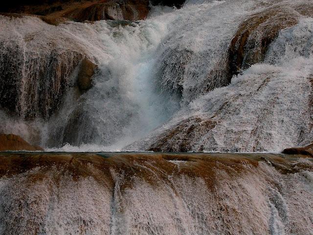 la cascade principale d'Agua Azul et ses vasques calcaires