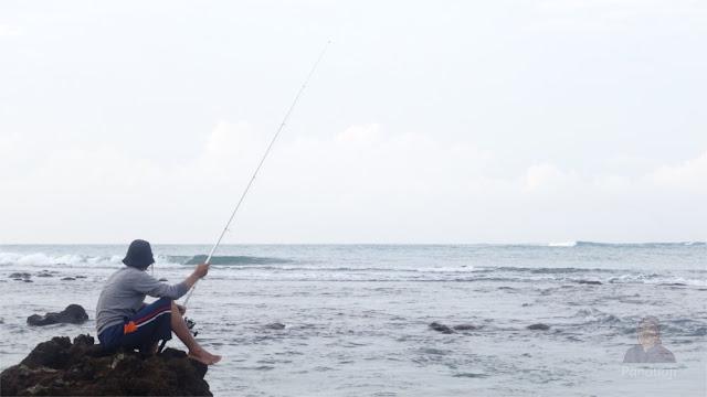 Menikmati Pagi di Pantai Pangi dengan Memancing