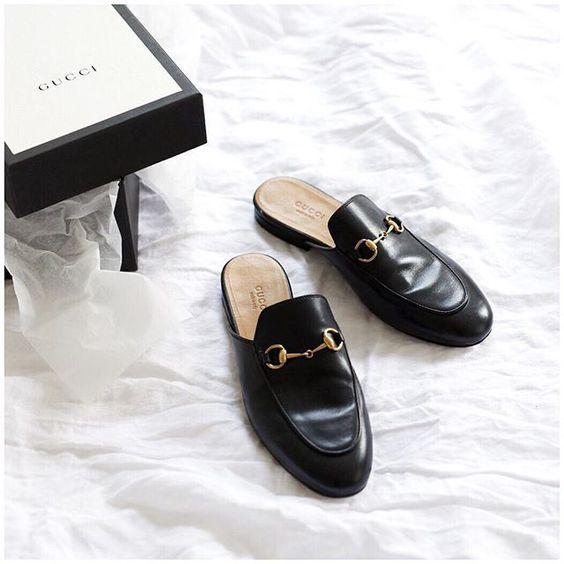 ca56a93d5 Esse calçado lembra muito as pantufas e as polêmicas crocks, em sua forma e  conforto, porém a modelagem e estilo do sapato mule é mais sofisticada, ...
