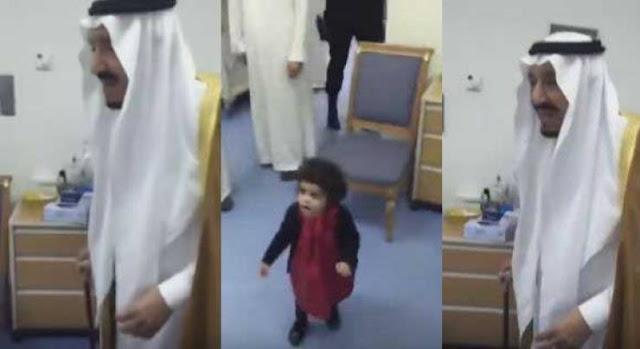 بساطة الملك سلمان بن عبدالعزيز وهو يلاعب طفلة صغيرة