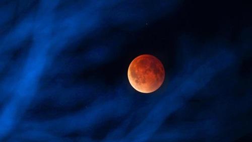 خسوف دامي للقمر..العالم يشهد اليوم ظاهرة فلكية تاريخية يمكنك مشاهدتها!