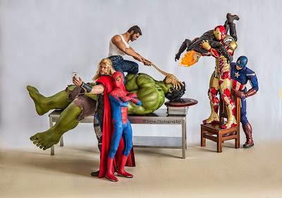 """Los super heroes jugano """"figuras de acción"""""""