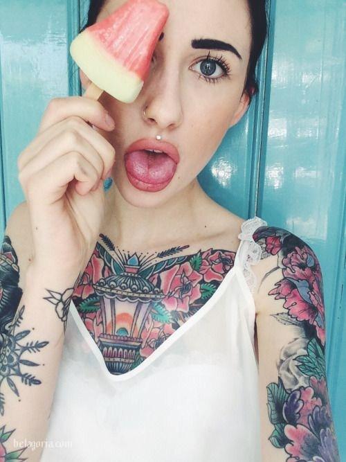 Un tatuaje de Farol antiguo en el pecho de una mujer