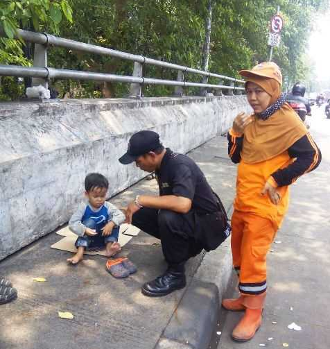 seorang wanita petugas PPSU melapor ke Posko P3S Pasar Rebo bahwa ada anak yang ditinggalkan seorang pria.