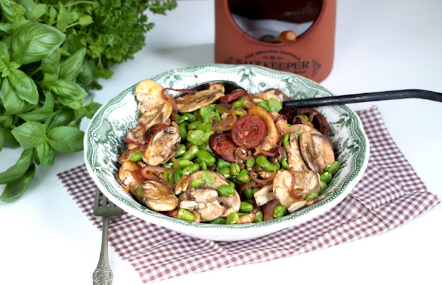 Sałatka z bobem, pieczarkami i chorizo