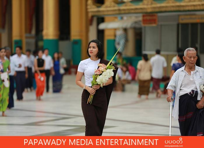 Aye Myat Thu Visits Shwe Dagon Pagoa On New Year Holiday in Myanmar