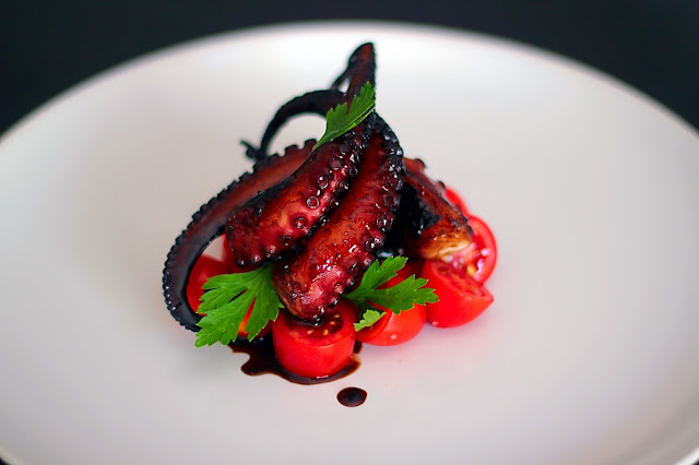 Χταπόδι καραμελωμένο με ντοματίνια /  Caramelized Octopus with tomatoes pomodoro