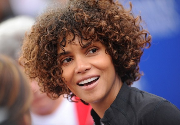 Halle Berry Has Been Wearing A Very Cute Short Curly Weave Love That More Celebs Are Going For Hair Pieces And Styles Match Their Natural Texture