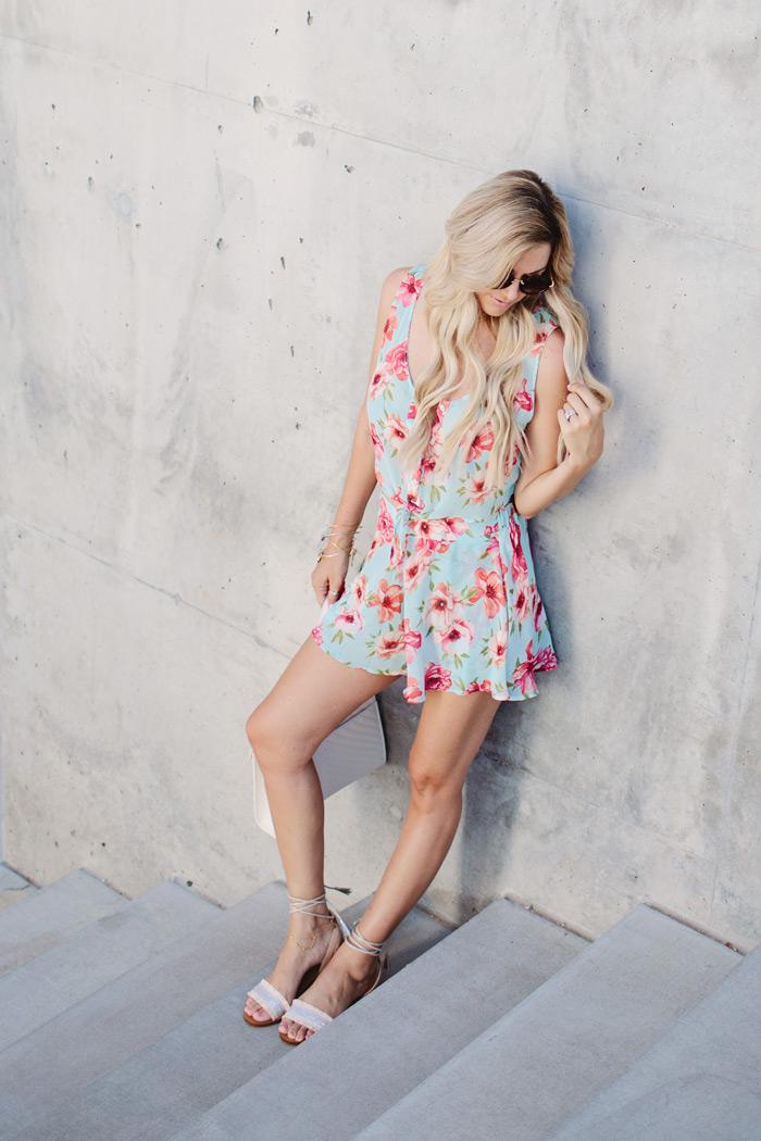 blog de moda, short floral com cropped floral, rasteirinha, bolsa tiracolo e óculos de sol,moda,moda feminina