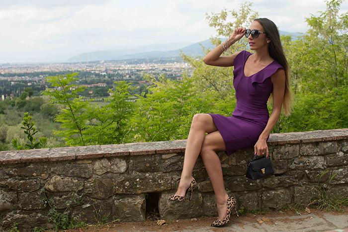 abito viola scarpe leopardate