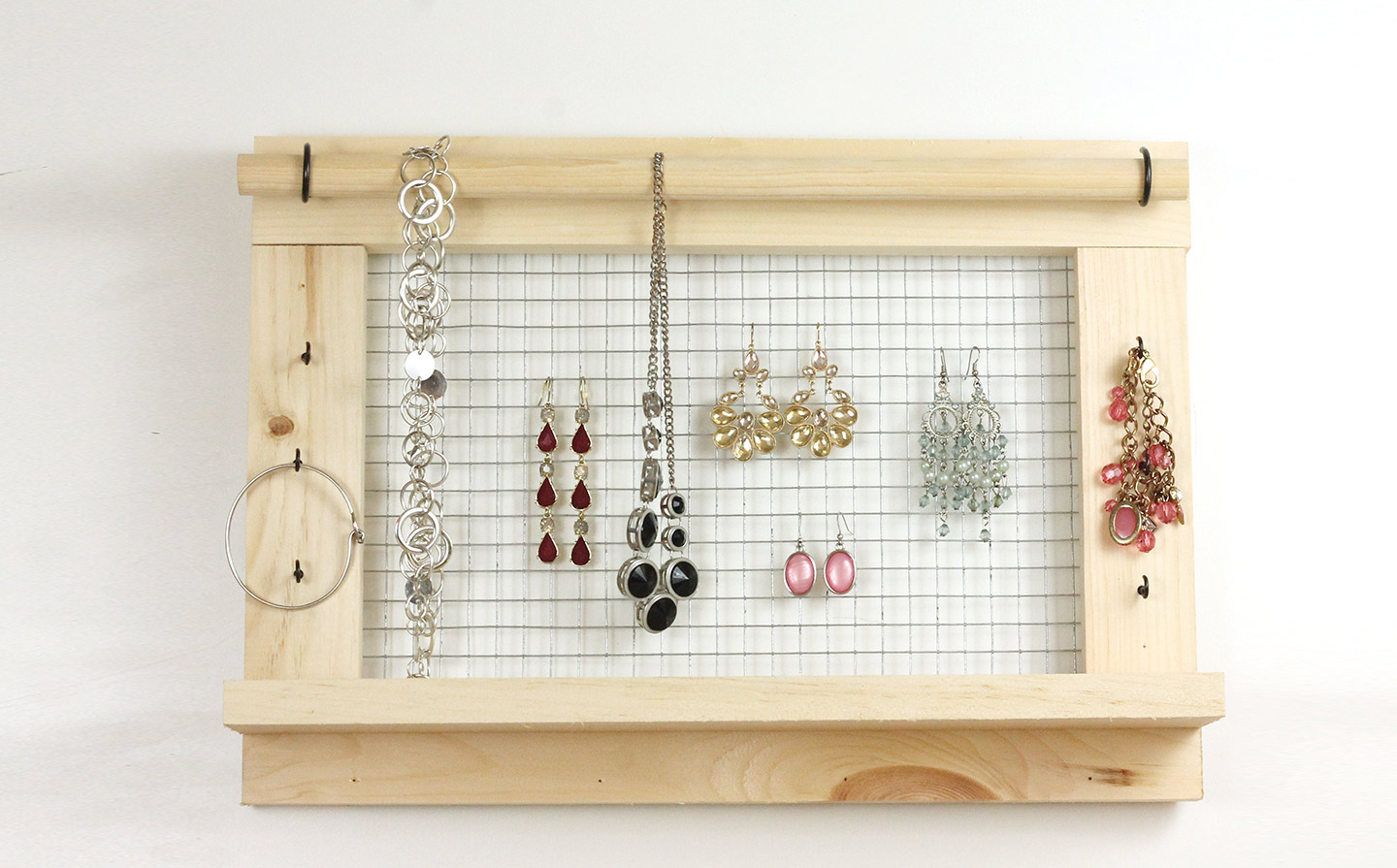 Wall mounted diy jewelry organizer do it herself for Diy travel earring holder
