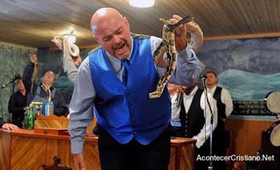 Pastor usar serpientes en cultos de iglesia
