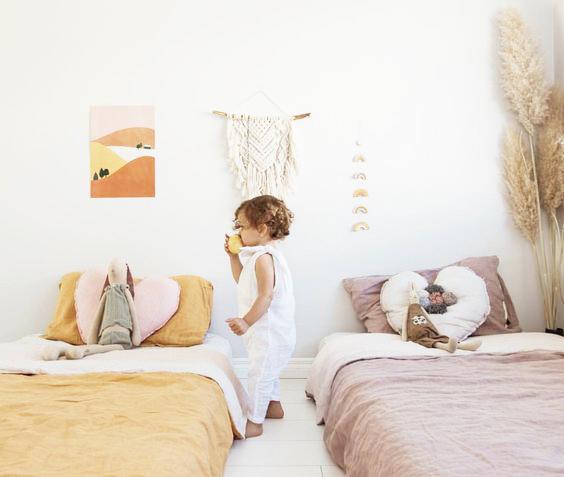 como decorar habitación infantil Montessori con camas a ras del suelo y colores neutros