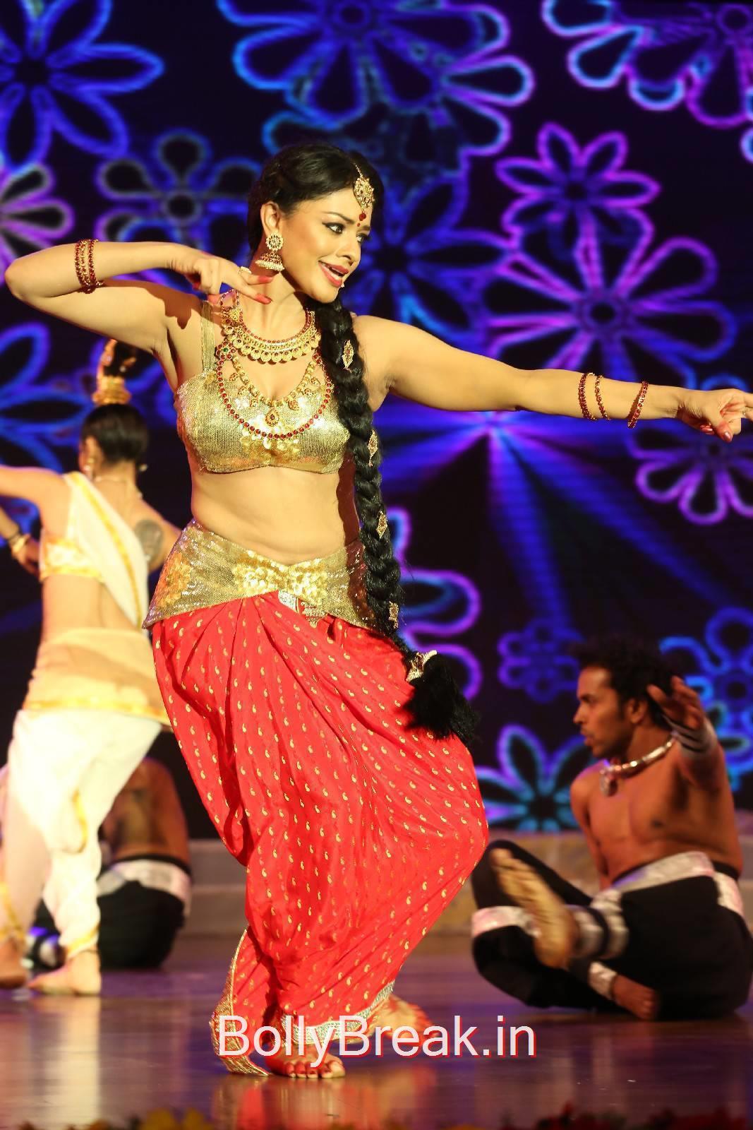Pooja Kumar Photos, Actress Pooja Kumar Hot Dancing Pics at  Uttama Villain Movie Aduio Launch