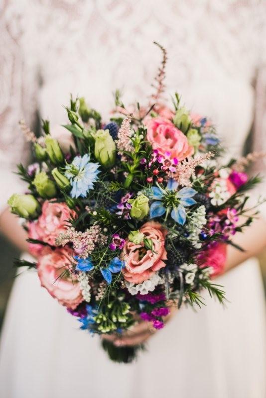 bukiet ślubny polnych kwiatów