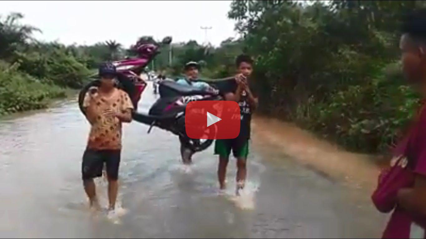 Tonton Video Ini, Orang Angkat Motor Akibat Banjir