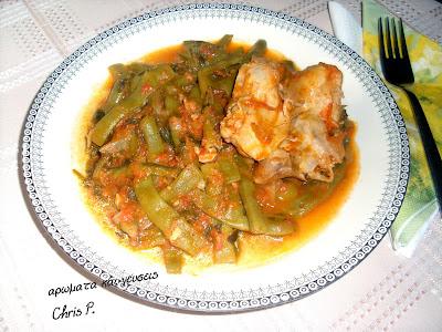 Φασολάκια φρέσκα με κοτόπουλο σουπερ γεύση και φρεσκια ντοματα σερβορισμενα σε πιατο με όμορφη ασπρομαυρη μπορντουρα