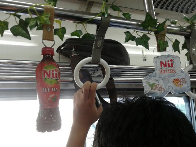 Commuter Line Penuh Tanaman Merambat Gara-Gara Iklan NU Green Tea