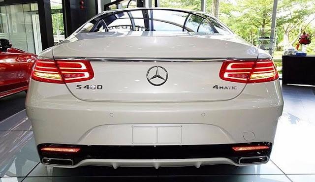 Đuôi xe Mercedes S400 4MATIC Coupe 2017 được thiết kế sắc nét với những đường cong mềm kéo dài từ bên hông ra phía sau đuôi xe