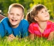 Foto de niños echados en el pasto