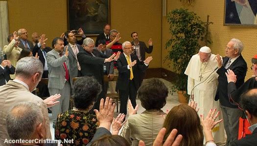 Papa Francisco con pastores evangélicos oran en el Vaticano