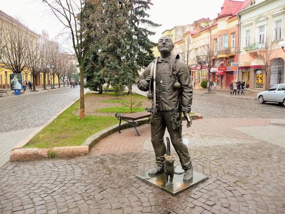 Мукачево. Площа Кирила і Мефодія. Пам'ятник «Сажотрус і кіт». 2010 р.