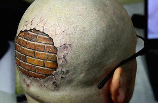 Cabeça raspada, parede de tijolo sob a pele