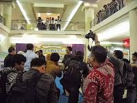 Penyerahan Piagam penghargaan kepada Tim Kreatif Batik Kota Bekasi, penulis Eddy Suwantoro ada di sebelah kanan Anda