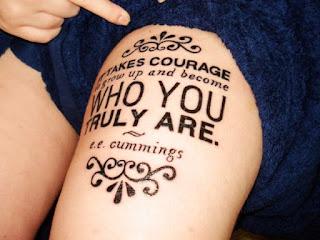 tattoo escrita na coxa