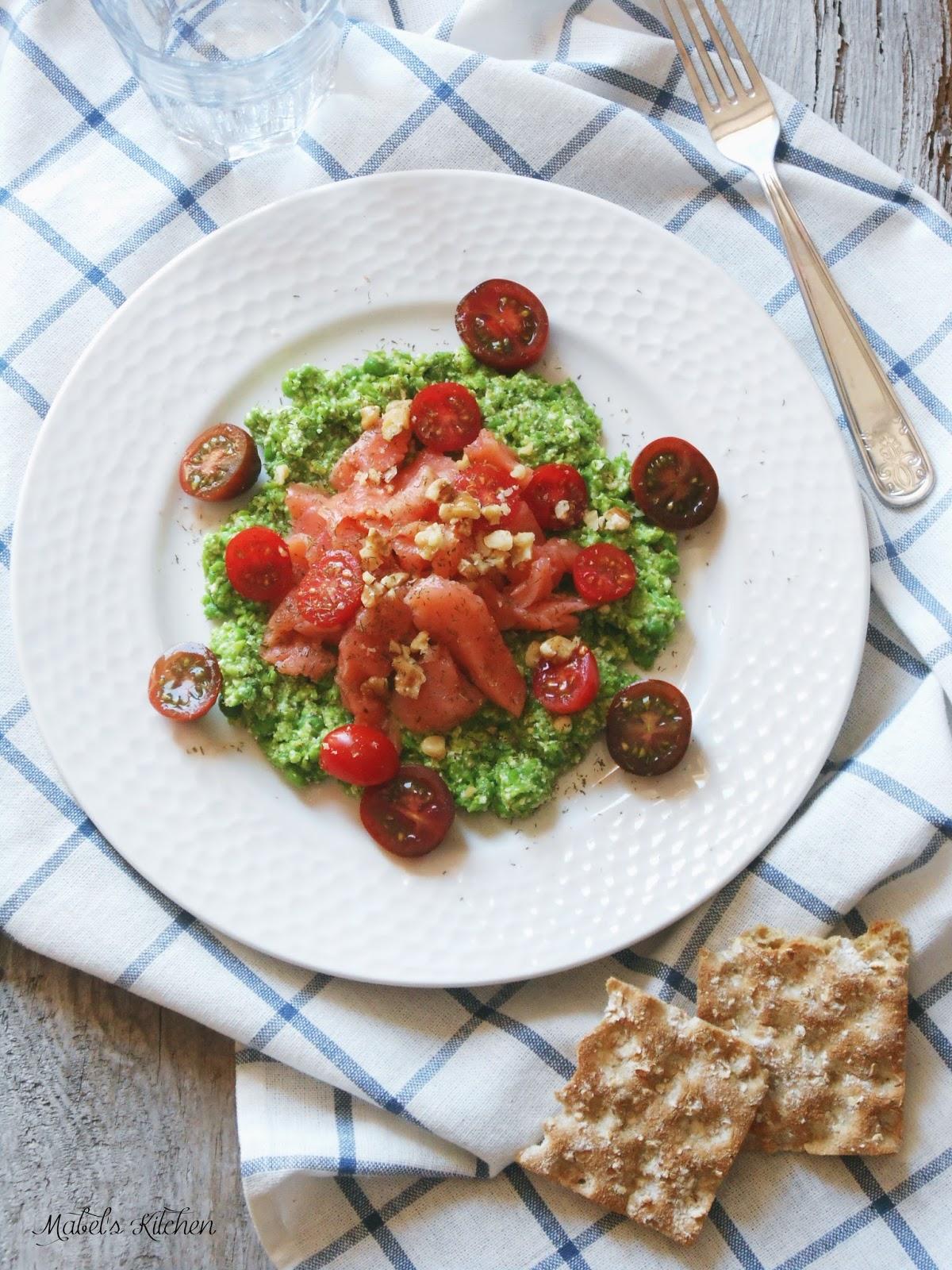 salmón-tomatitos-sobre-crema-guisantes-ricotta