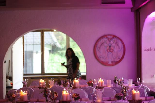 Raumbeleuchtung Pastell und Vintage Hochzeit in zarten Regenbogenfarben, Riessersee Hotel, Garmisch, Bayern, vintage lake-side wedding in pastel colours, Germany, Bavaria, wedding destination