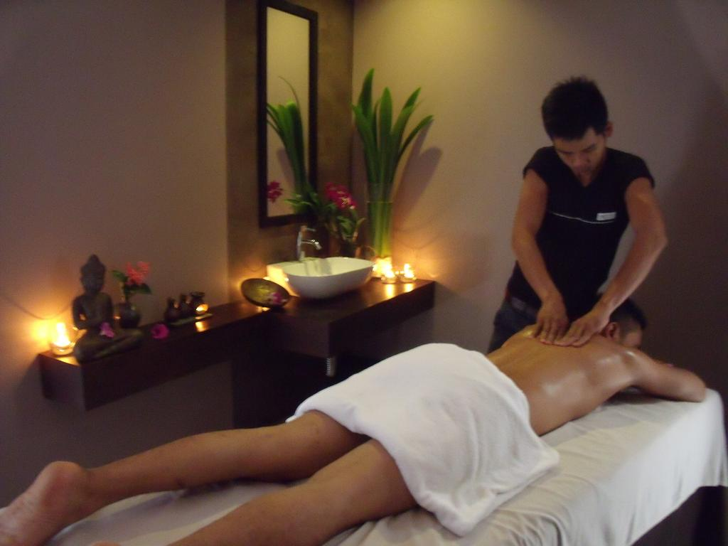 bez-molodoy-paren-na-tayskom-massazhe-video-ottrahannaya