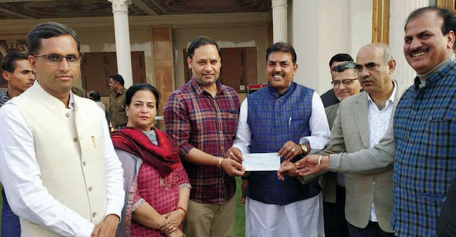 In the meeting of the District Working Committee, District General Secretary Sohanpal Chhokar handed over the check under the fund surrender campaign.