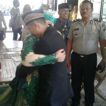 Pasangan suami istri, Aditya dan Ratri, berpelukan seusai melangsungkan pernikahan di Mapolsek Laweyan, Solo, Jawa Tengah, Jumat (26/1/2018).