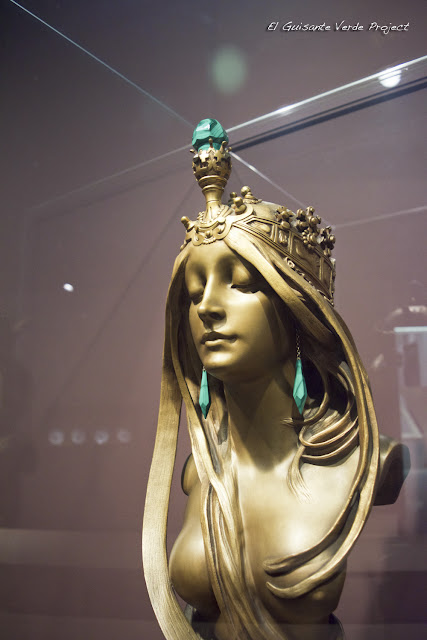 Esfinge de Mucha en Musée Fin de Siècle - Bruselas, por El Guisante Verde Project