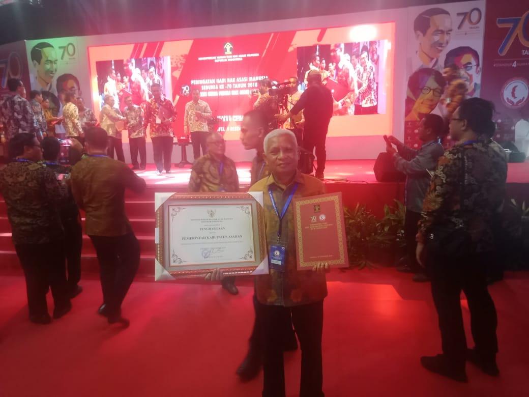 Wakil Bupati Asahan Surya BSc menerima penghargaan peduli HAM.