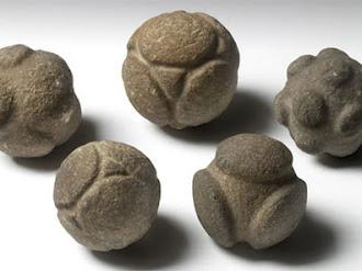 ¿Podrían estas extrañas piedras esféricas talladas de la prehistória representar átomos?