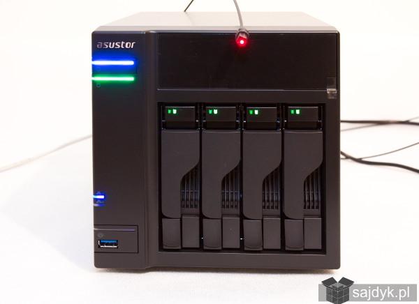 Asustor AS6104T z podpiętym do portu SPDIF światłowodem
