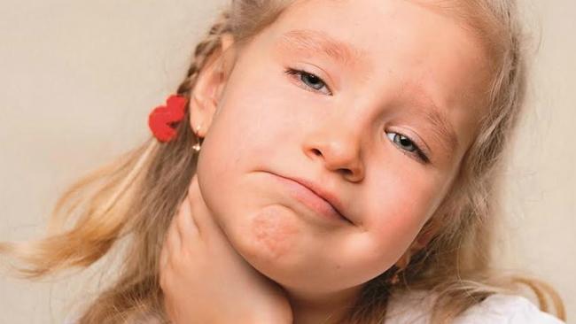 Làm gì khi trẻ bị sốt do viêm amidan