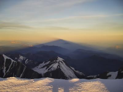 Proyección de la sombra del Mont Blanc en el amanecer (Mont Blanc, Francia e Italia)