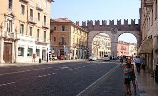 Llegando a la Plaza Brà de Verona.