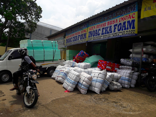 kasur inoac adalah kasur busa dengan bahan produksi material yang sepenuhnya berasal atau di import dari jepang dan di produksi di beberapa negara yang salah satunya adalah indonesia tepatnya di PT INOAC POLYTECHNO yang berlokasi di wilayah pasar kemis tangerang banten.kelebihan kasur busa inoac di banding produk lain adalah kasur inoac bisa kuat dan awet sampai dengan 10 tahun tidak kempes dengan catatan produk tersebut adalah kasur inoac asli bukan kwalitas KW atau tiruan.dan keaslian kasur inoac di jamin dengan adanya kartu garansi 10 tahun yang di sertakan dalam setiap pembelian kasur inoac