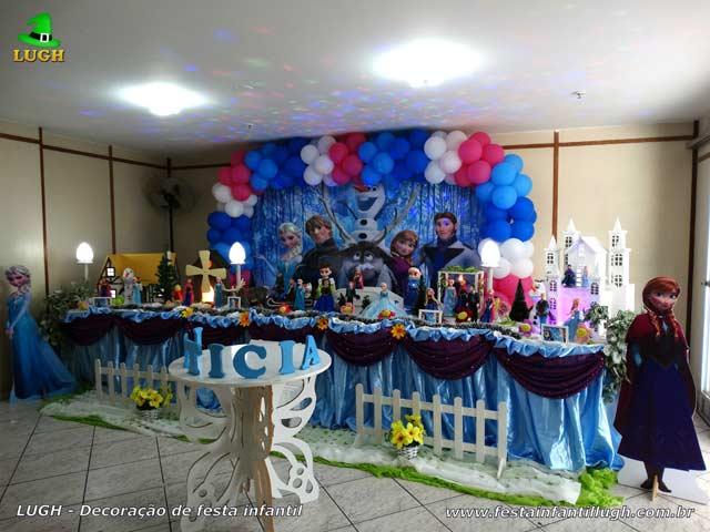 Decoração festa de aniversário infantil tema Frozen em mesa tradicional super luxo forrada em tecido